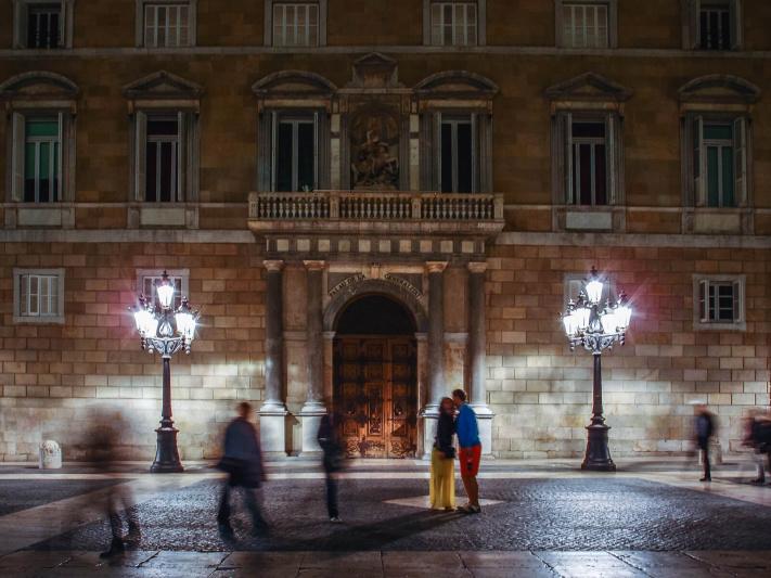Barcelona night, colorfull dress, couple kissing, palau generalitat, place Sant Jaume square