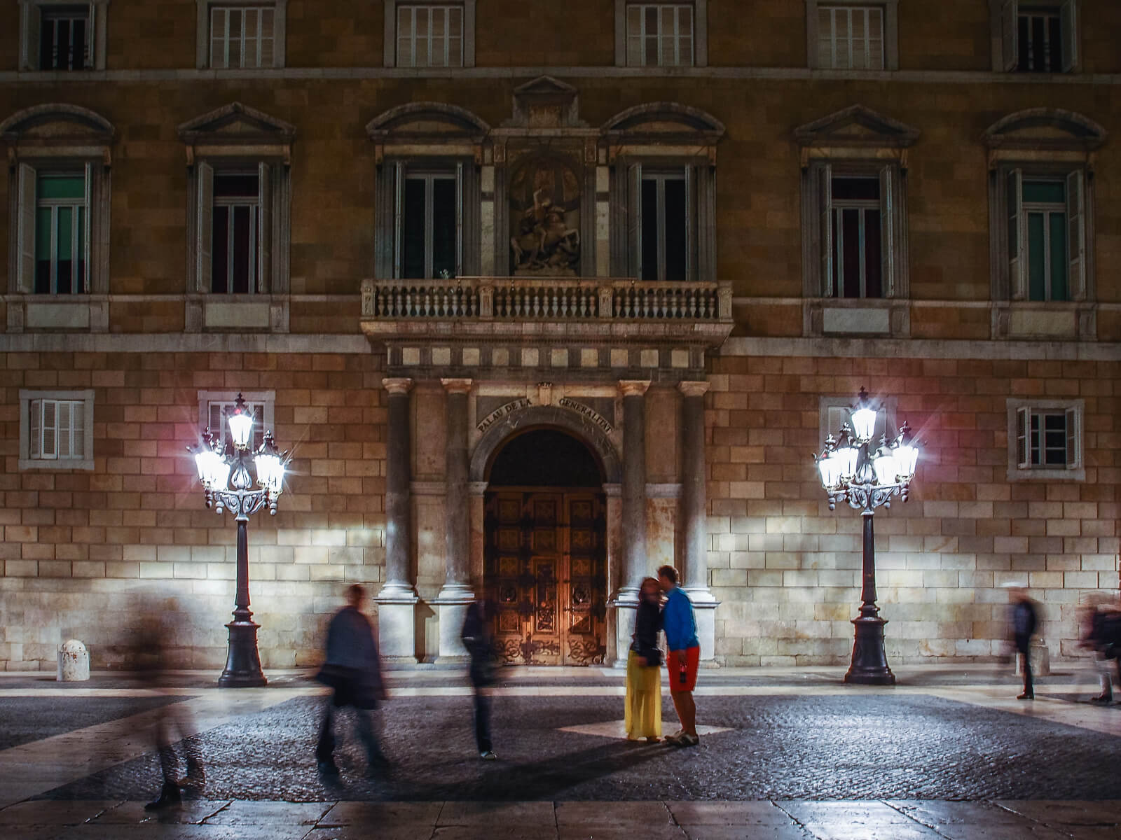Barcelona Street Photographynight, colorfull dress, couple kissing, palau generalitat, place Sant Jaume square