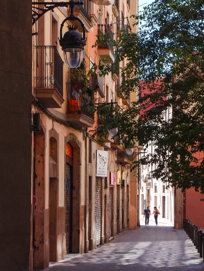 Barcelona Street Photography, narrow alley streets, old town, pedestriants walking, streetlife