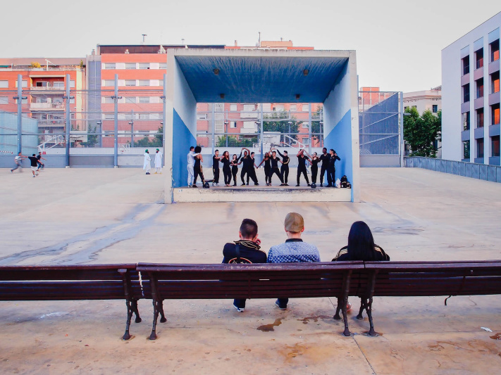 Barcelona, parc Jardins Tres Xemeneies, public street theater performance spectators, square stage