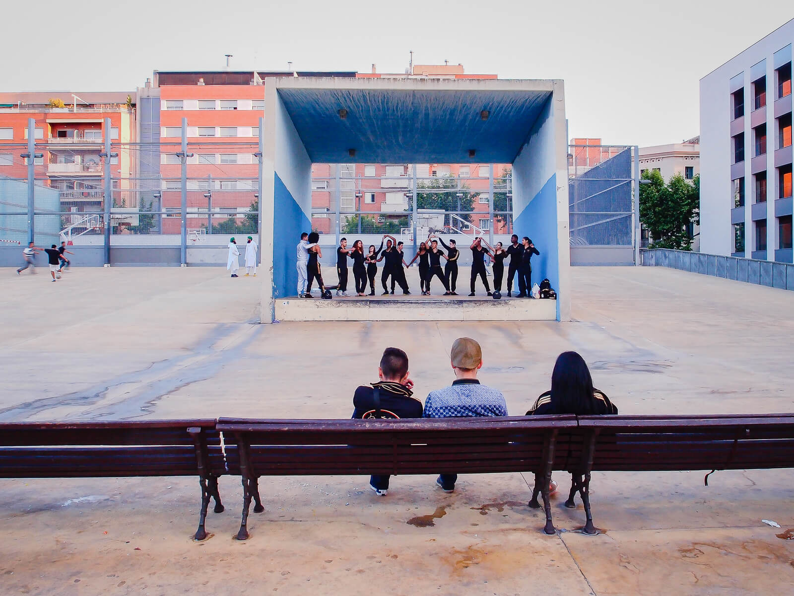 Barcelona Street Photography, parc Jardins Tres Xemeneies, public street theater performance spectators, square stage