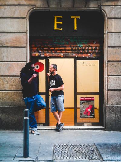 Barcelona Street Photography, ET Hall, People talking, dibujo contemporaneo
