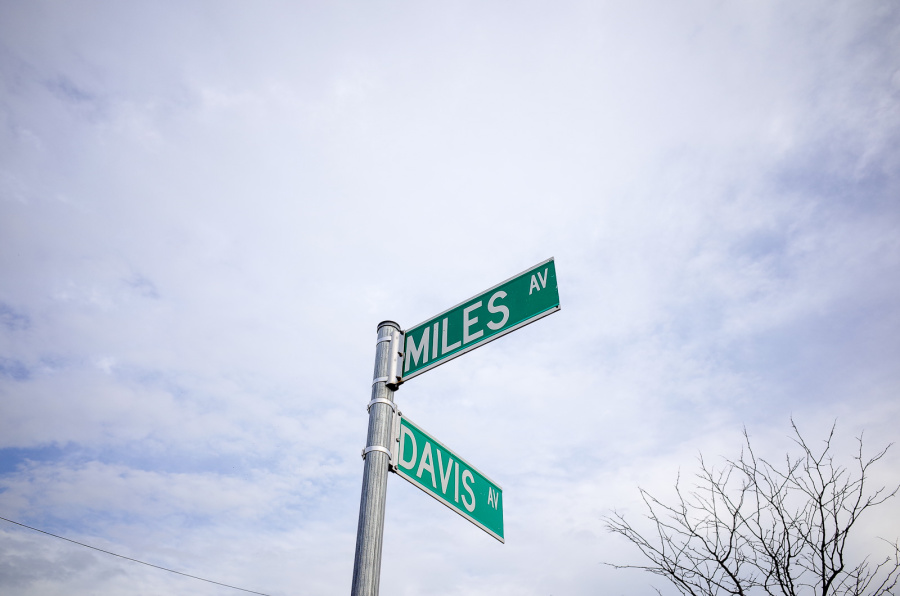 Miles and Davis Avenue Signs - Exif Data: 1/200sec - f/5.6 - ISO-100